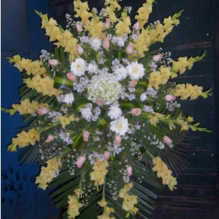 Trípode tonos amarillos con melón gladiolos hortensias